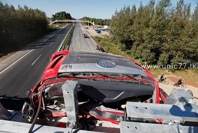 http://3.bp.blogspot.com/_oQGx3yTv_Ss/TJNLdlzrMzI/AAAAAAAAE7o/fSnx_1z0GtQ/s1600/incredible_truck_crash_640_06.jpg